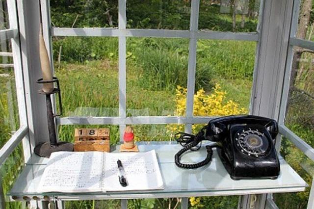 Bốt điện thoại nói chuyện với người chết và cuốn sổ ghi lời nhắn để gửi đến họ
