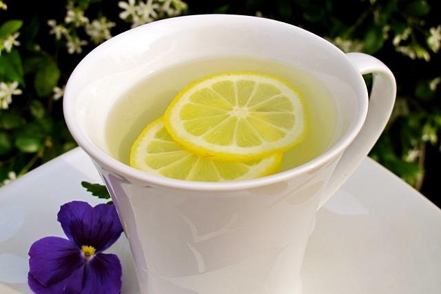 Mỗi buổi sáng uống một cốc nước chanh nóng pha loãng sẽ giúp tình trạng mụn giảm nhanh chóng