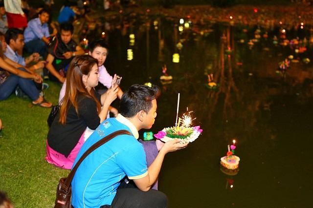 Lễ hội với nhiều hoạt động thu hút rất đông khách du lịch tham gia