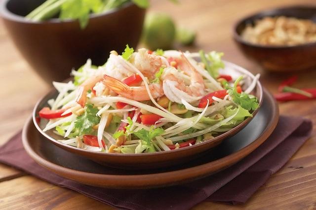Somtam, một trong những món ăn đường phố ngon và rẻ nổi tiếng ở xứ chùa Vàng