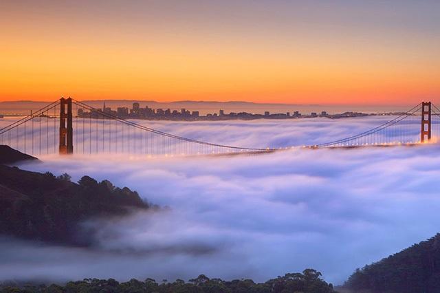 Vẻ đẹp tiên cảnh của Cầu Cổng Vàng trong màn sương