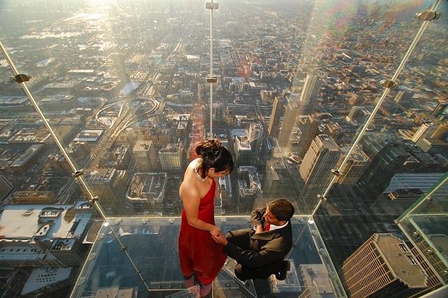 Cảnh cầu hôn lãng mạn ở ô kính tầng 103 của Willis Tower