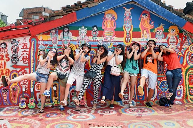 Những bạn trẻ rất hào hứng khi chụp ảnh tại làng cầu vồng