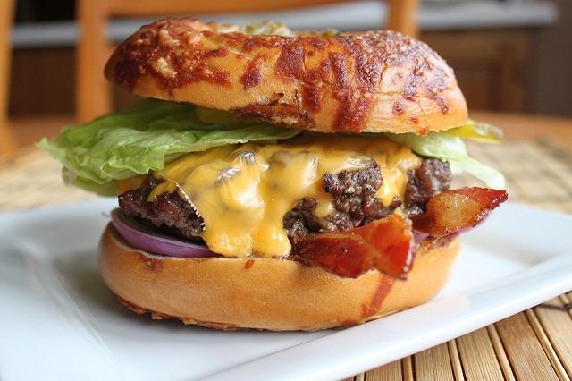 Bạn có thể thưởng thức hamburger kiểu Pháp ở Napkin Burger