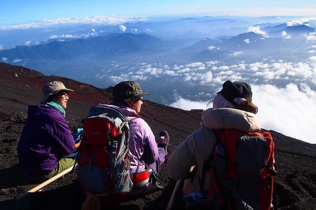 Nên lập thành nhóm để dễ dàng hỗ trợ nhau trong việc chinh phục núi Phú Sĩ