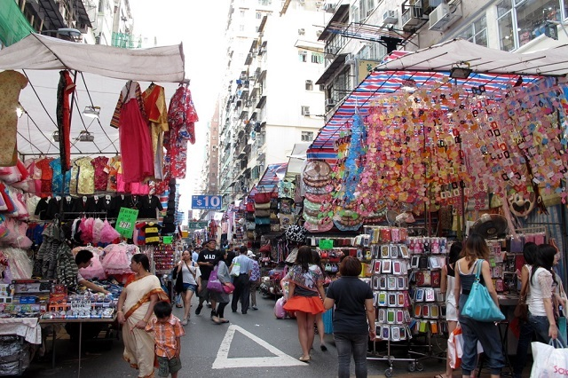 Ladies Market làđiểm du lịch rất nổi tiếng ở Hồng Kông
