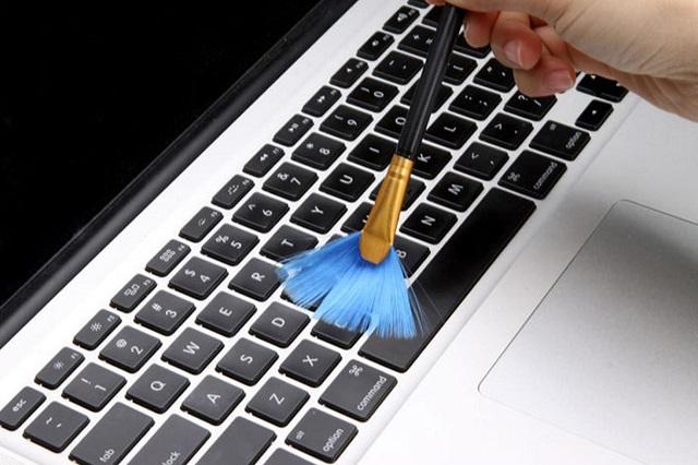 Bạn hãy dùng cọ vệ sinh nhẹ nhàng cho bàn phím laptop