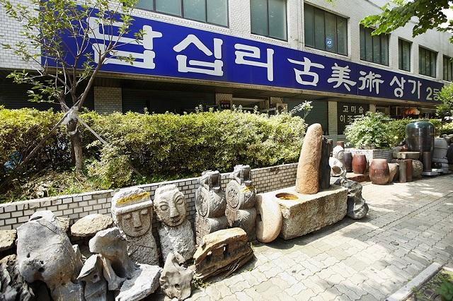 Du khách có thể nhận diện Dapsimni dễ dàng qua những bức tượng đá bên ngoài