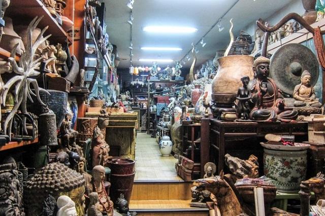 Có nhiều món đồ cổ được trưng bày bên trong